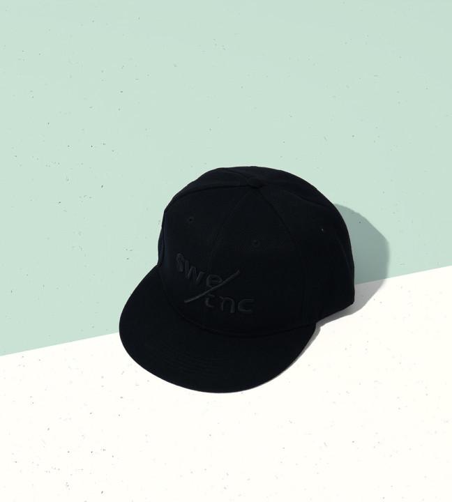 Svart keps med svart logga från Swedish Tonic